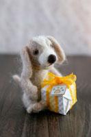 フェルト製の犬とミニプレゼント