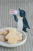 ペンギン型クッキーとカード