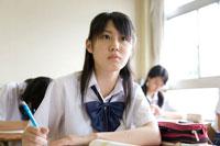 教室で授業中を受ける女子高生