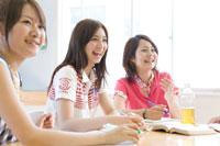 笑顔で話をする女子学生