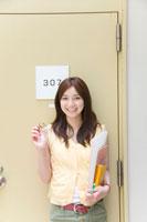 ドアの前の女子学生ポートレート