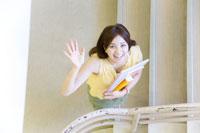 階段で手を振る女子学生