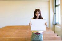 スケッチブックを持つ女子学生