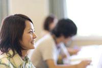 教室で笑っている女子学生の横顔