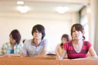 教室で勉強する学生達