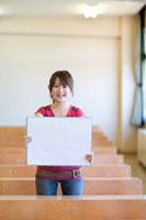 スケッチブックを持った女子学生