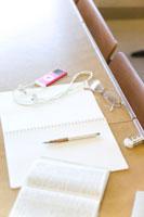 机の上のノートと辞書