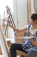 キャンバスに絵を描く女性 22964000671  写真素材・ストックフォト・画像・イラスト素材 アマナイメージズ
