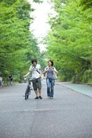 街路樹を歩く学生男女