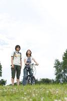 野原で方向を見る男女2人