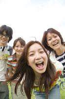 若者4人ポートレート 22964000749  写真素材・ストックフォト・画像・イラスト素材 アマナイメージズ