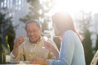 庭でワインを飲む夫婦 22964001146| 写真素材・ストックフォト・画像・イラスト素材|アマナイメージズ