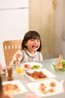 パーティーテーブルで笑顔の女の子