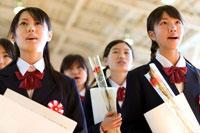卒業式で歌う女子学生