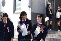 体育館から出てくる卒業式を終えた女子学生