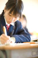 ノートを取る女子学生