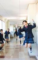 廊下の女子学生