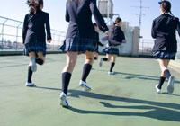 屋上を駆ける女子学生