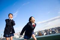 屋上で叫ぶ女子学生