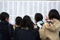 受験番号を探す女子学生