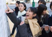 合格を喜ぶ女子学生