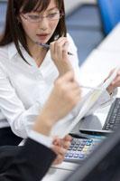 書類を見つめる女性の会社員 22964001715| 写真素材・ストックフォト・画像・イラスト素材|アマナイメージズ
