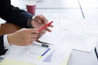 打合わせ中のビジネスマンの手元 22964001782| 写真素材・ストックフォト・画像・イラスト素材|アマナイメージズ