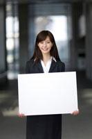 メッセージボードを持つ女性の会社員 22964001907  写真素材・ストックフォト・画像・イラスト素材 アマナイメージズ