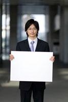 メッセージボードを持つビジネスマン 22964001908| 写真素材・ストックフォト・画像・イラスト素材|アマナイメージズ