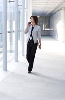 携帯電話をかけながら歩く女性の会社員