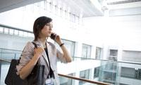 携帯電話をかける女性の会社員