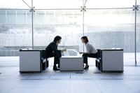 打合せをする男女の会社員 22964001970| 写真素材・ストックフォト・画像・イラスト素材|アマナイメージズ
