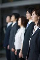遠くを見つめる男女の会社員