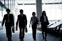 並んで歩く男女の会社員