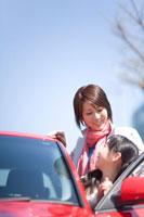 赤い車と女の子と母親