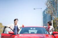 赤い車と男女