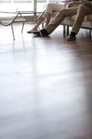 ソファーに座る男女の足元 22964002146| 写真素材・ストックフォト・画像・イラスト素材|アマナイメージズ
