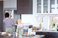 冷蔵庫を開ける女性の後姿