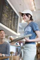 カフェで注文をとる女の子と客