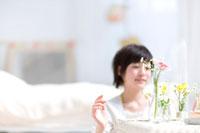 花を生ける女の子 22964002408A  写真素材・ストックフォト・画像・イラスト素材 アマナイメージズ