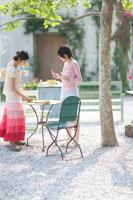 テーブルセッティングをする2人の女の子