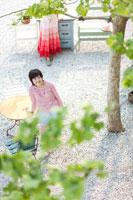 屋外にいる2人の女の子 22964002505| 写真素材・ストックフォト・画像・イラスト素材|アマナイメージズ