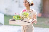 鉢植えを持つ女の子 22964002506  写真素材・ストックフォト・画像・イラスト素材 アマナイメージズ