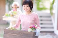 鉢植えを持つ2人の女の子 22964002512A  写真素材・ストックフォト・画像・イラスト素材 アマナイメージズ