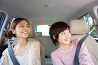 車に乗った2人の女の子