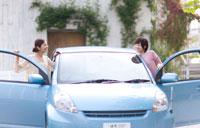 水色の車と2人の女の子