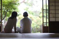 縁側に座る夫婦の後姿