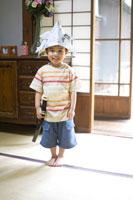 新聞紙の兜を被る男の子