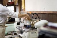 味噌汁を作る母親