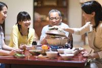 土鍋を囲む家族
